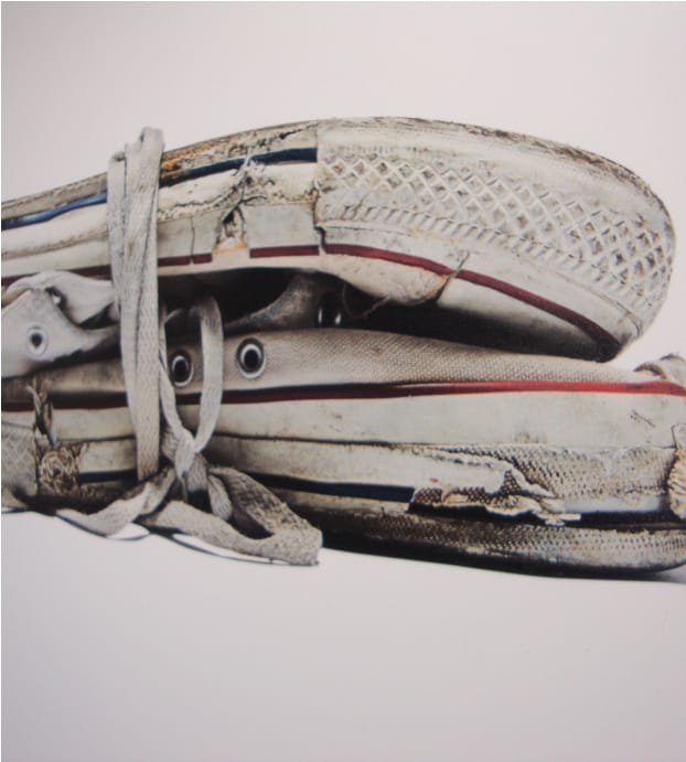 fotografía artística de zapatillas converse blancas