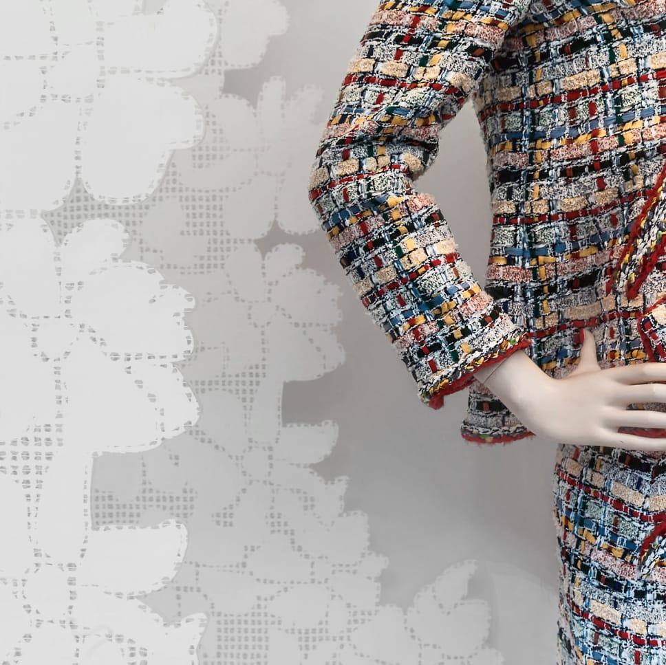 Maniquí en escaparate de tienda de moda Chanel