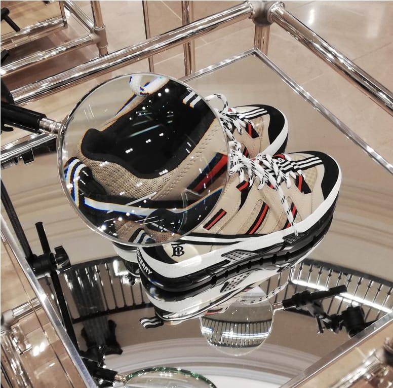muestra de mobiliario para elementos decorativos en tienda de moda Burberry