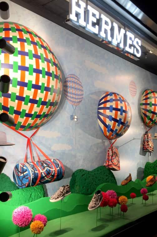 globos de cartón y rótulo luminoso de tienda Hermés