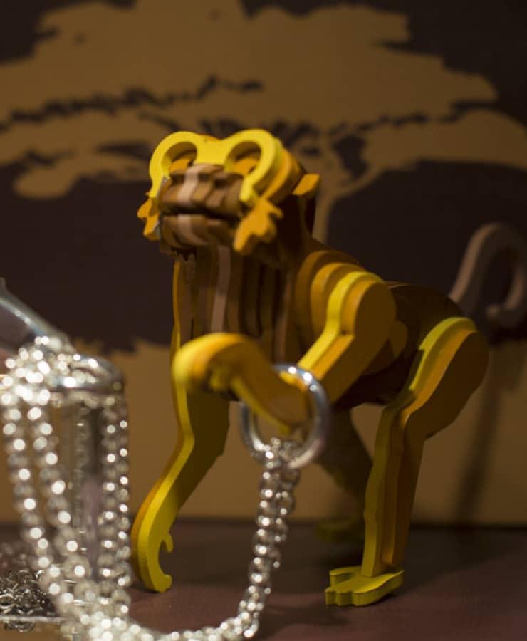 Joyero con silhuetas en forma de mono para sujetar collares
