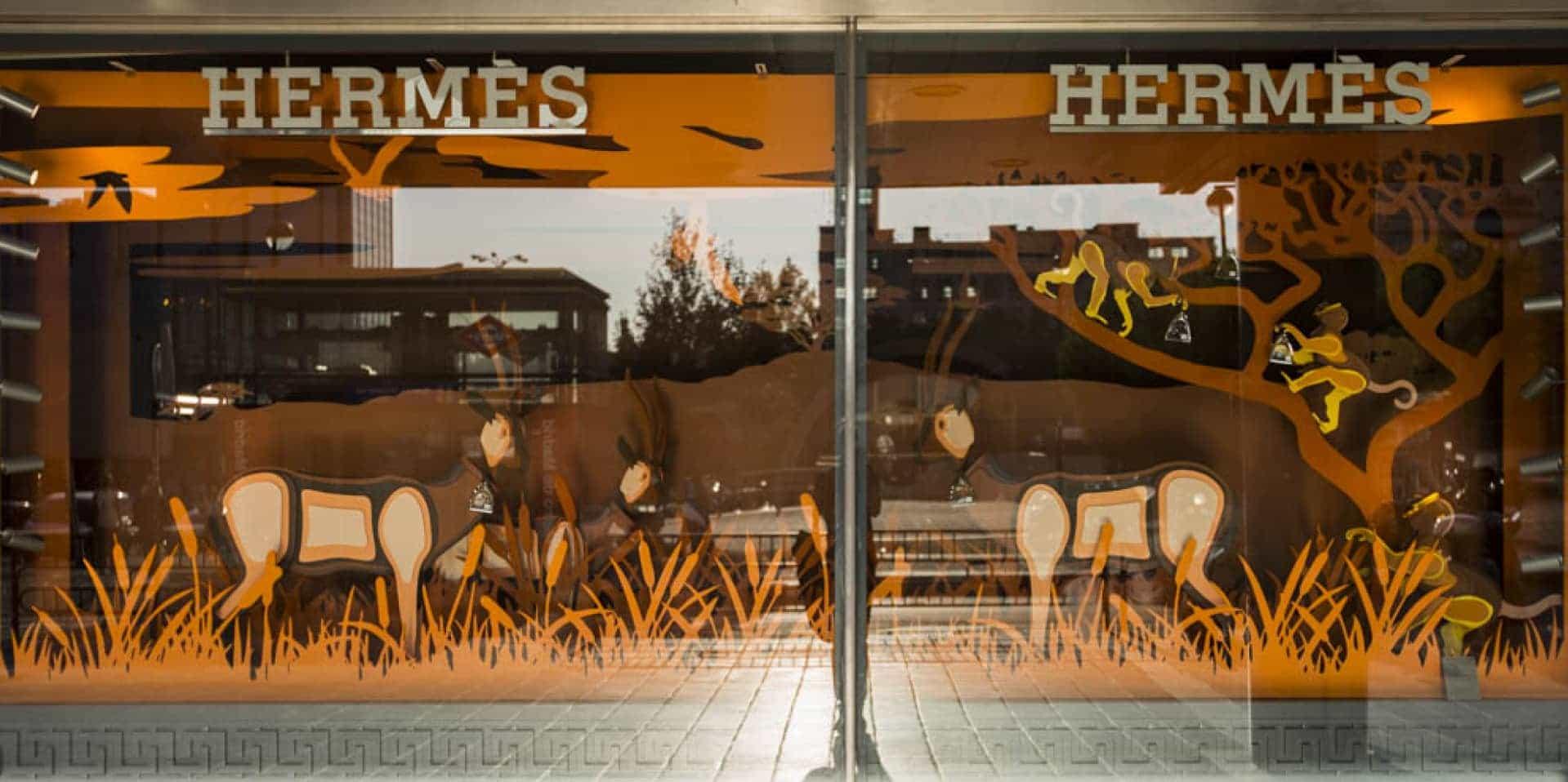Instalación de traseras por capas y en madera y animales 3D en escaparates boutiques Hermès