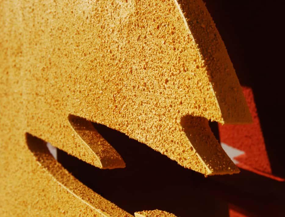 Pieza de madera con textura de arena lacada
