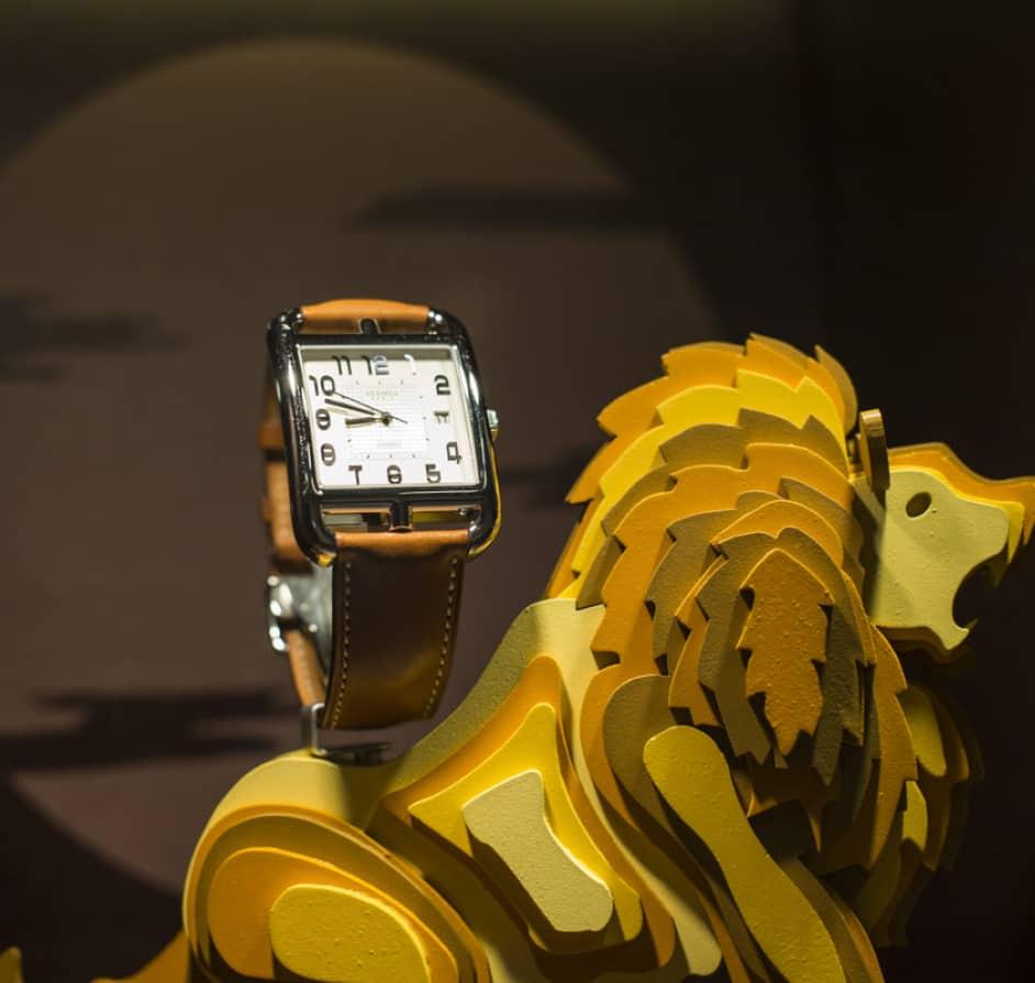 Pieza pequeña de madera con la forma de un león para la sujeción de un reloj