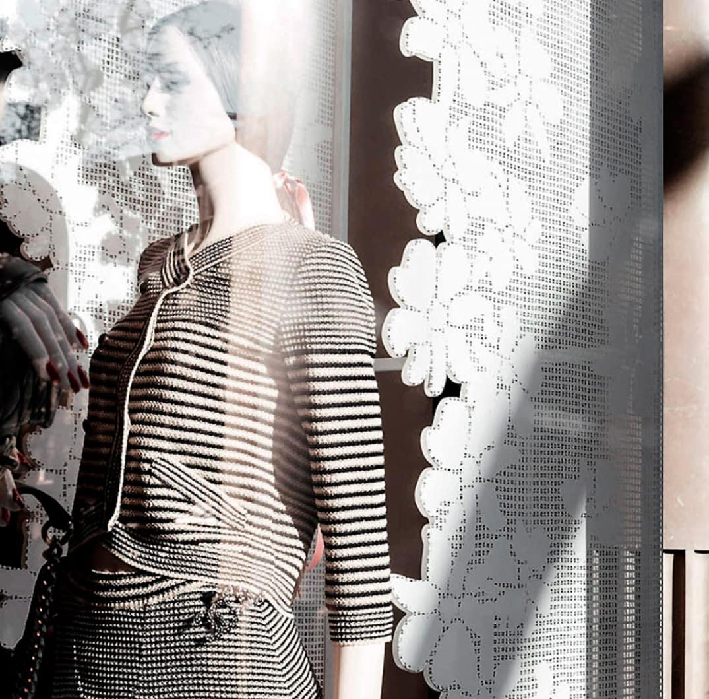 Escaparate de Chanel con elementos decorativos de metacrilato troquelado