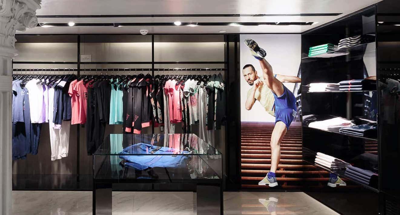 decoración comunicación visual con caja de luz en interior de tienda Armani