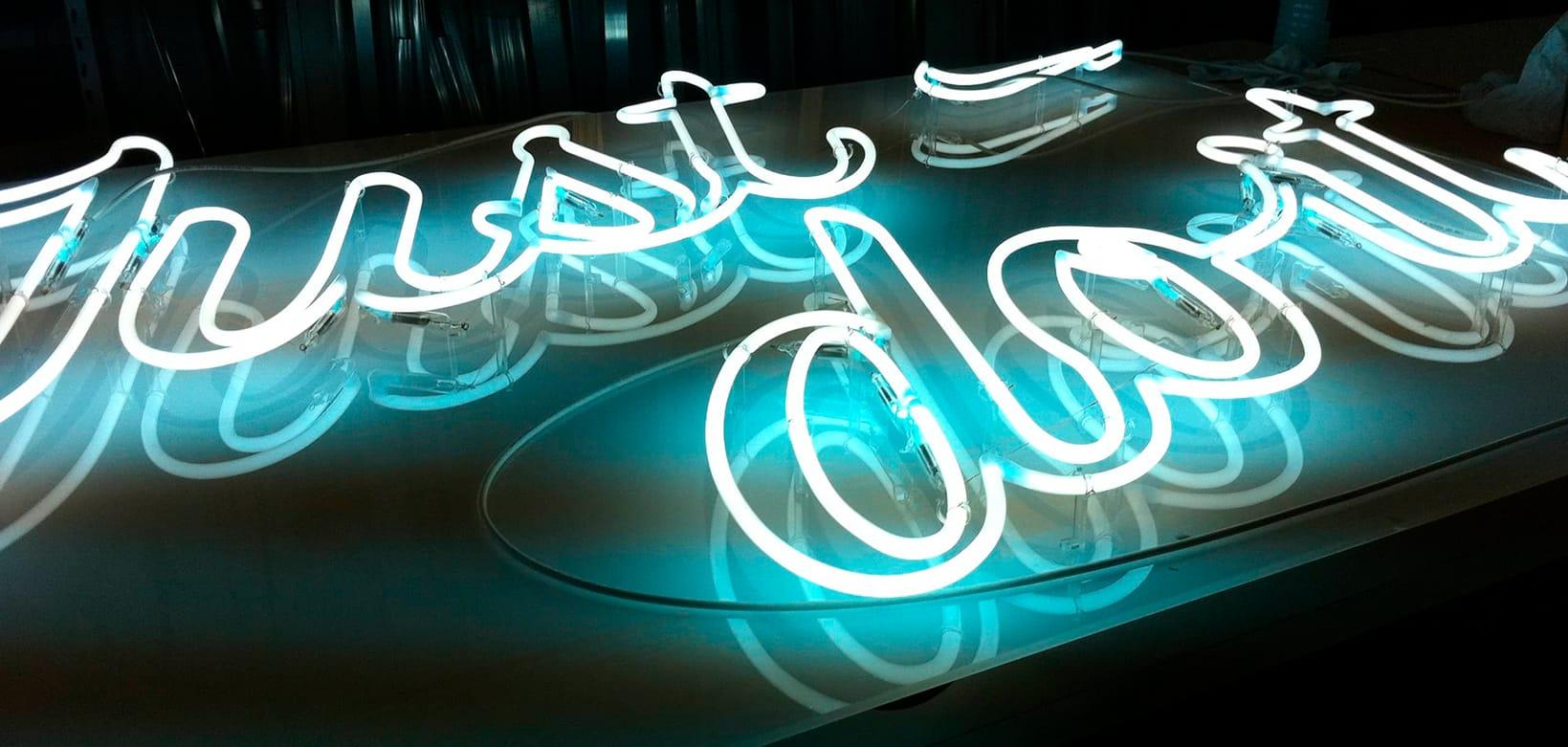 Rótulo luminoso neon para tienda de las marca Nike en Madrid mejora la comunicación visual