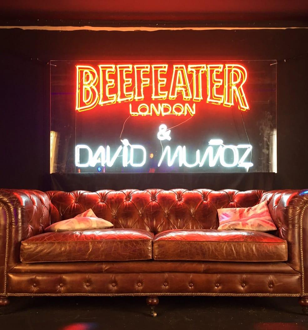 Rótulo de neón y decoracion para el evento de Beefeater por Dabiz Muñoz