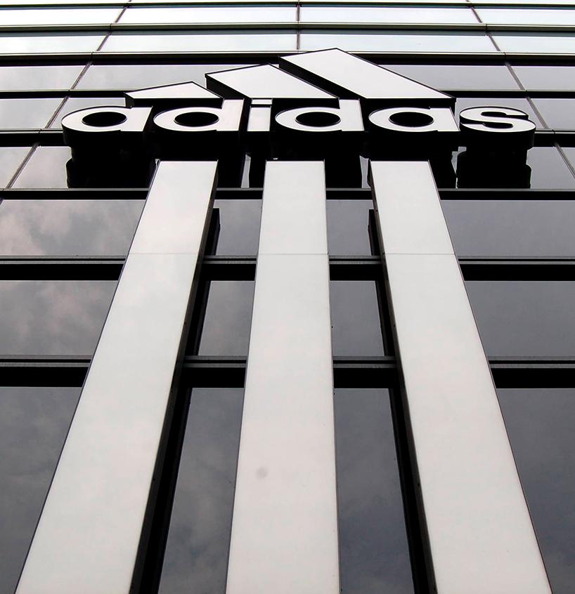 Rótulo de letras corpóreas fabricadas en metal de la marca Adidas