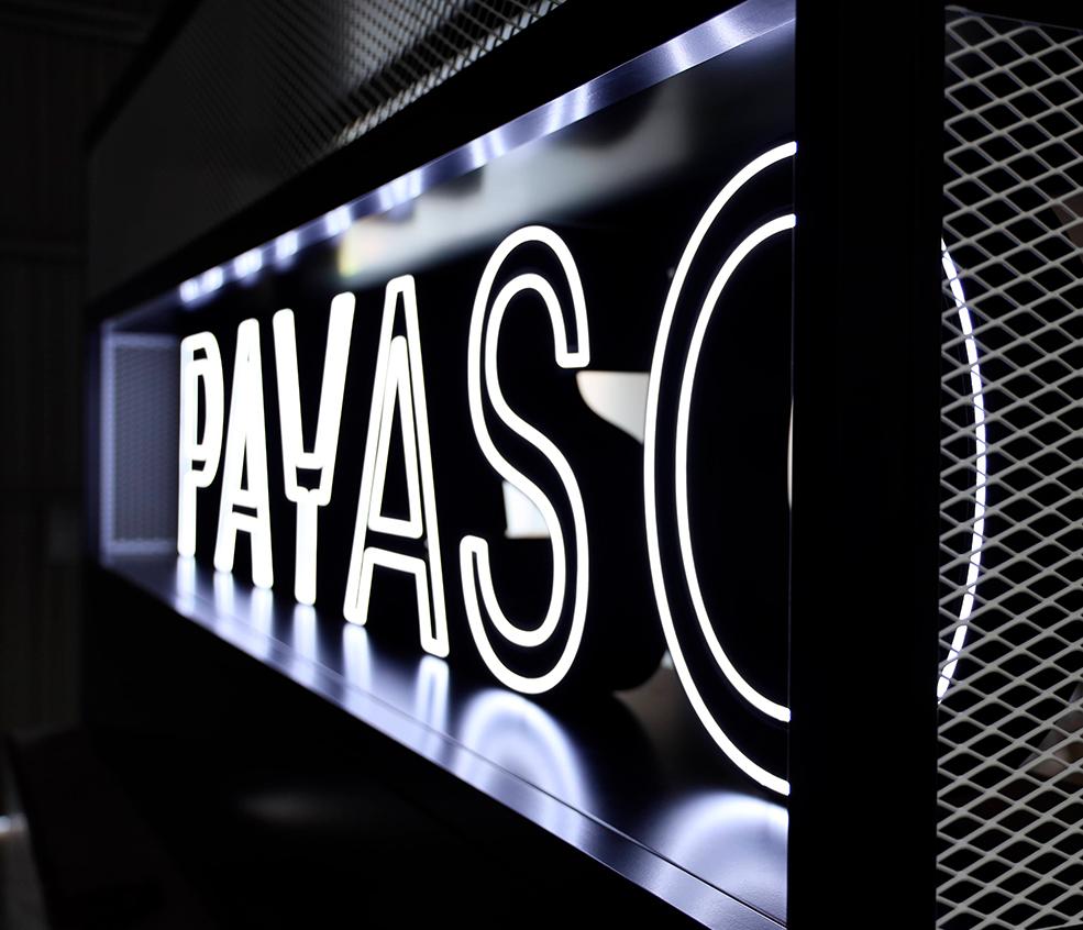Rótulo de neón decorativo fabricado en metal y lacado en negro para foodtrack de la marca Payaso