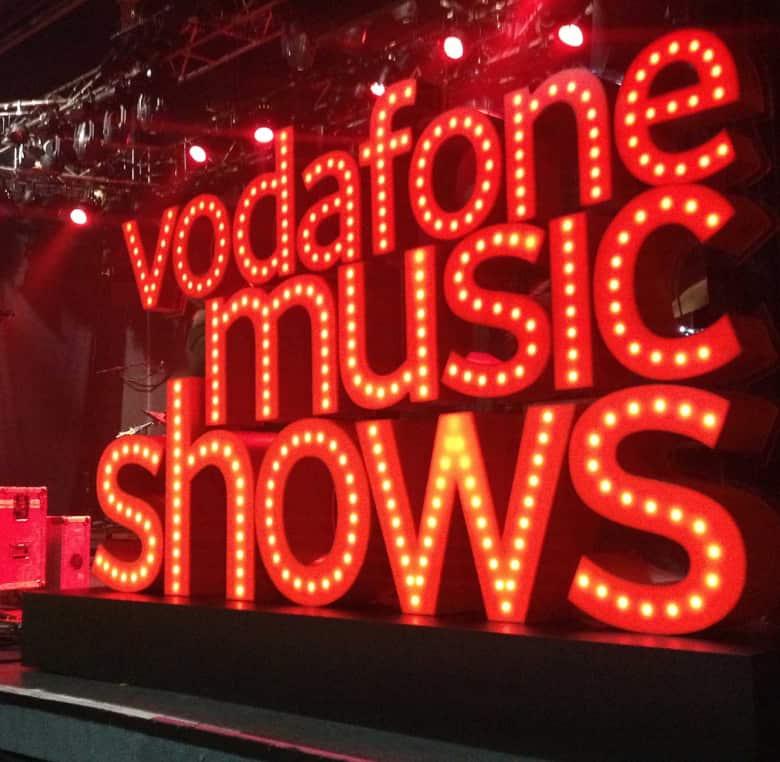 Letras corpóreas rojas y luminosas para evento Vodafone Music Shows