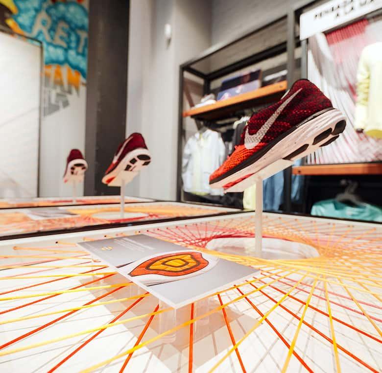 Decoración mediante neón flex e hilos de seda en la tienda de Nike