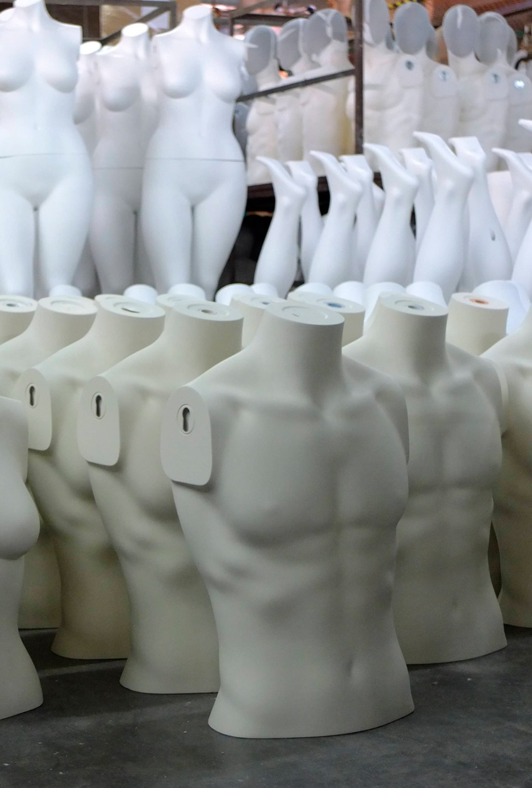 Almacenamiento de torsos de maniquis en nuestra warehouse