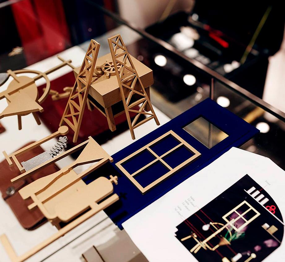 Manipulado de elementos de PLV en un montaje en la tienda de Hermès