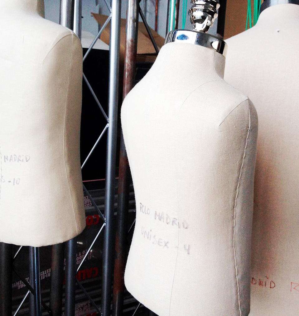 Instalación de objetos como maniquís en las distintas tiendas de moda