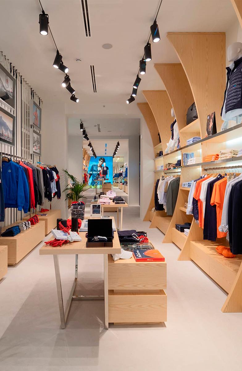 Instalación de mobiliario y elementos gráficos decorativos para la experiencia de compra en la tienda de North Sails