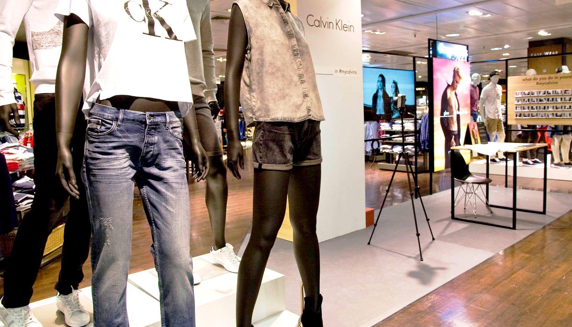 Corner promocional de Calvin Klein en un espacio comercial