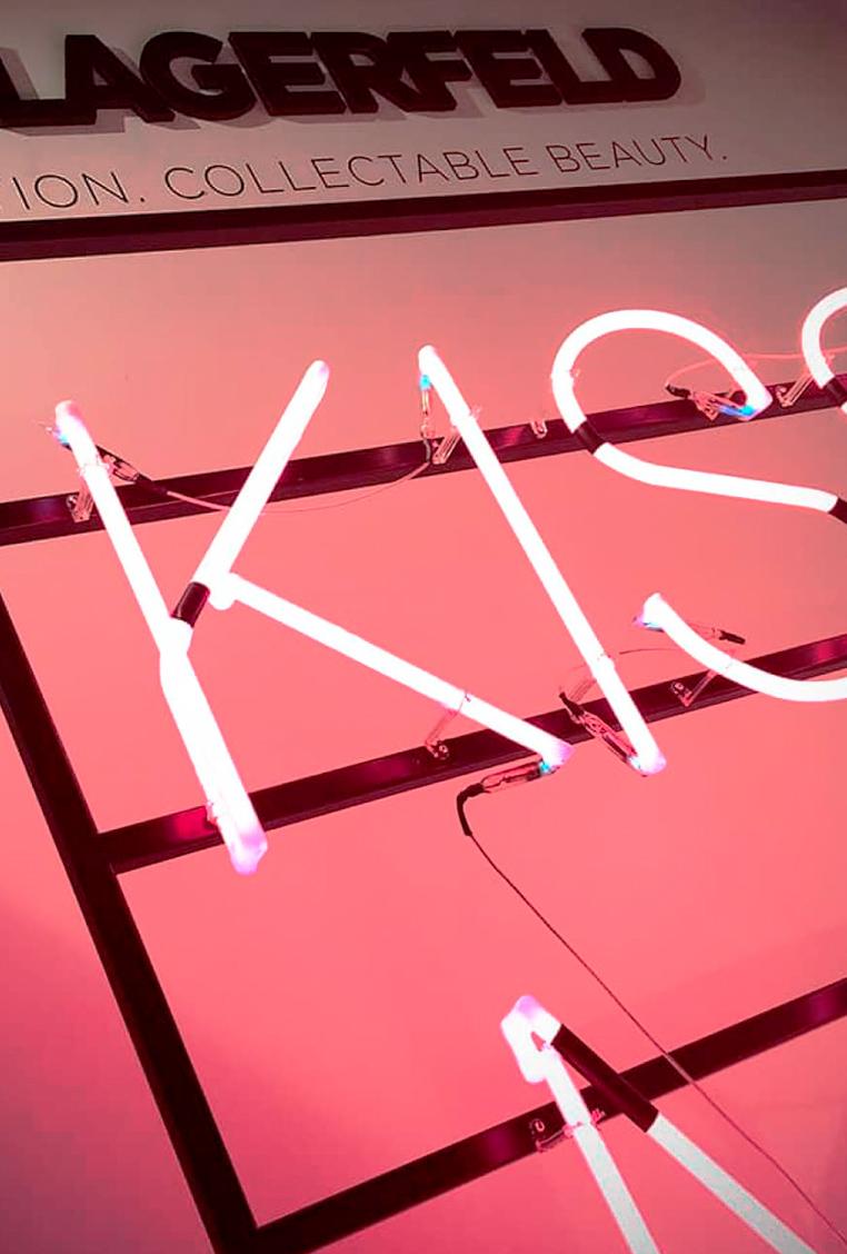 Instalación de neón promocional para el evento de Karl Lagerfield en la tienda de Douglas
