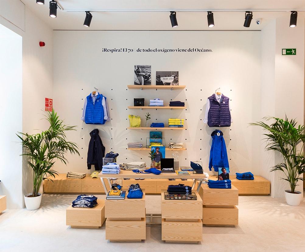 Servicios de fabricación e instalación de mobiliario y decoración para el espacio comercial de la tienda North Sails