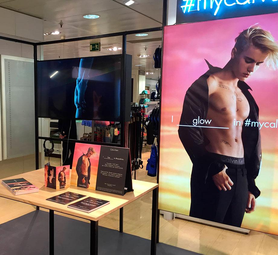 Pantalla colocada en el corner de Calvin Klein