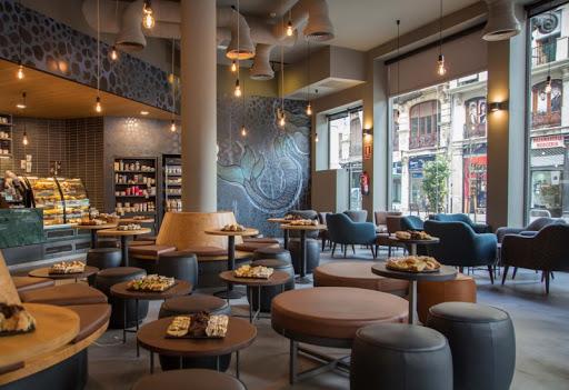 Interior de tienda Starbucks en Urugay