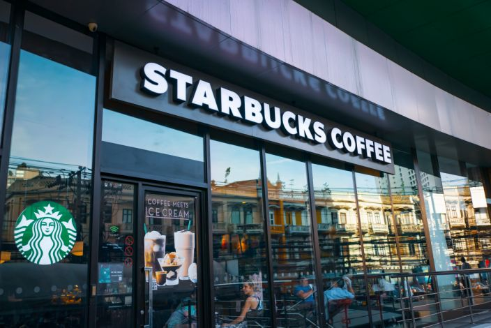 Interior de tienda Starbucks en Madrid