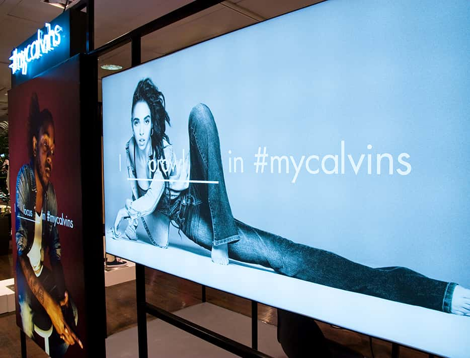 Inserción de nuevas tecnologías, con pantallas que reproducían vídeos e imágenes de la campaña