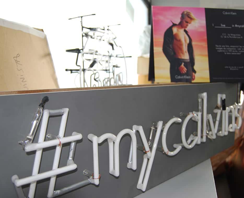 Proyecto Calvin Klein pop up producción nombre de la marca en neon flex