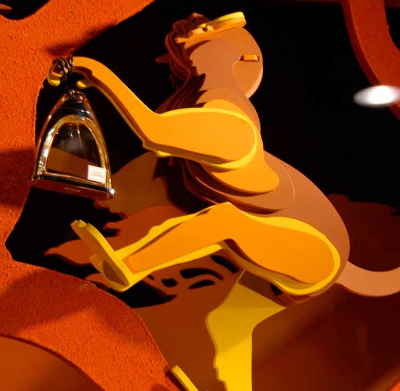 Mono de madera que expone un perfume para escaparate de Hermes