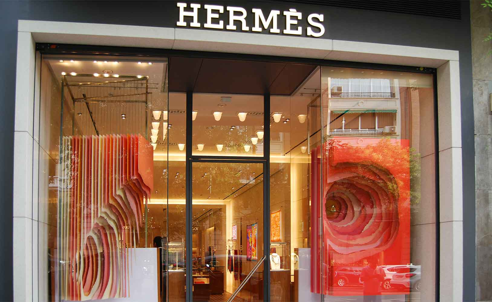 Un escaparate lateral y otro frontal con distintas tonalidades y colores forman esta artística composición de Mathieu Ducournau para Hermès.