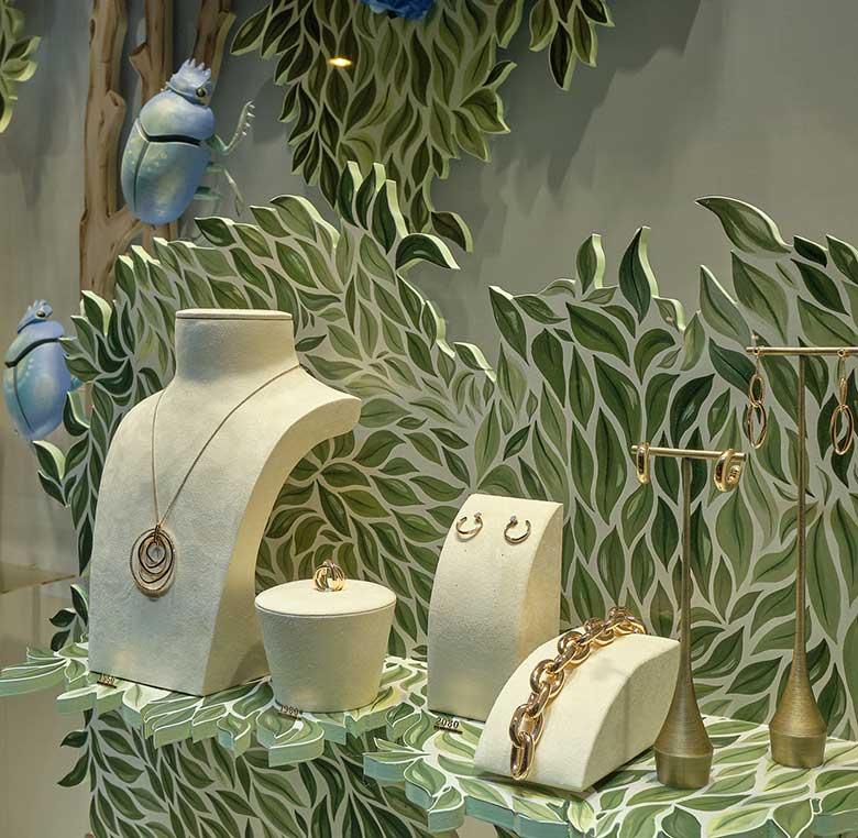 Expositores de producto en escaparate de alta joyeria