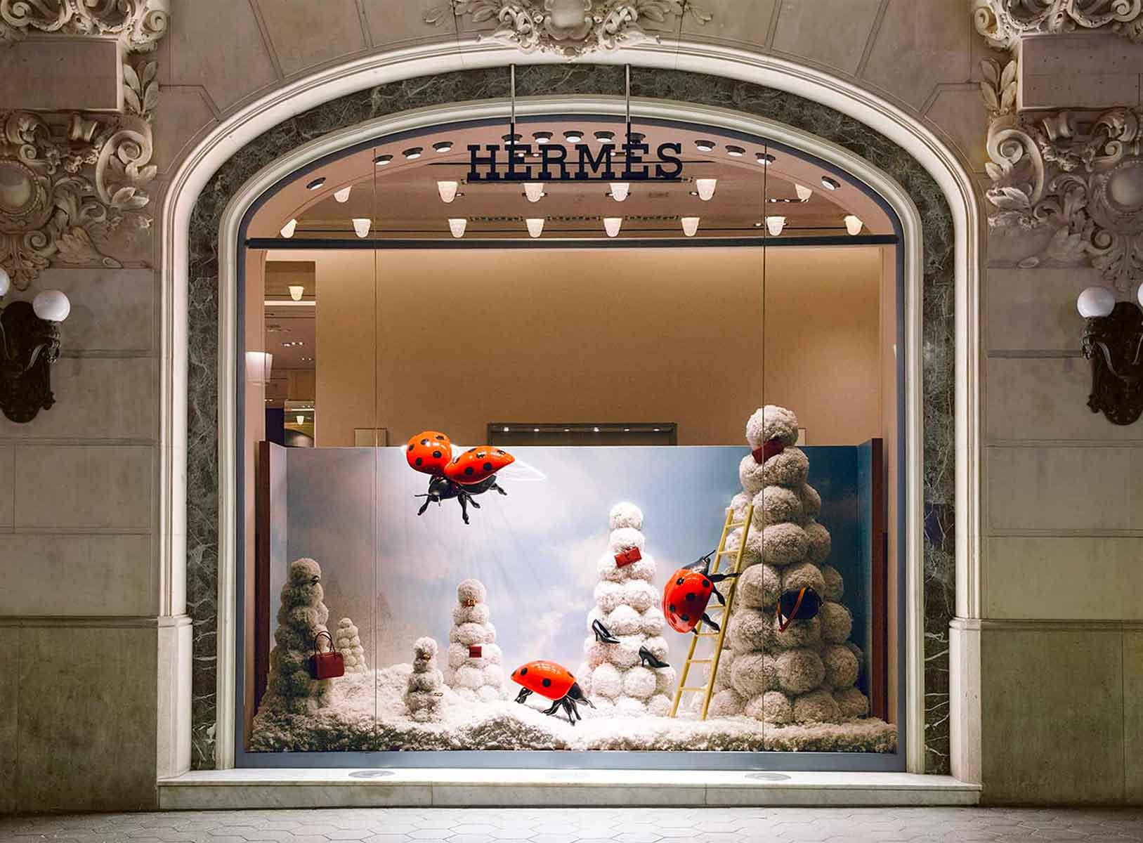 Escaparates de Navidad Hermès España, decoración con árboles de porexpan