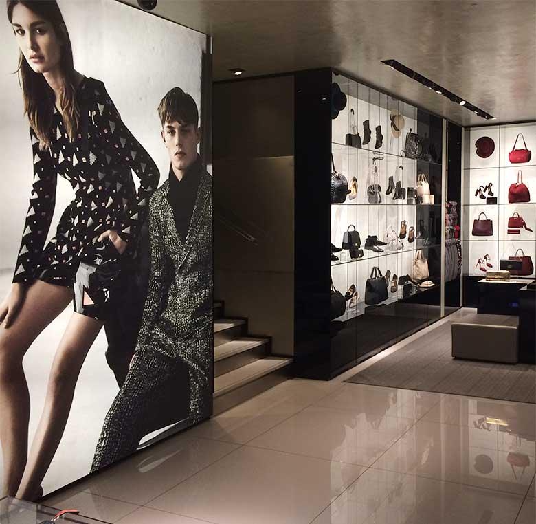 Decoración interior con cajas de luz con imágenes de marcas