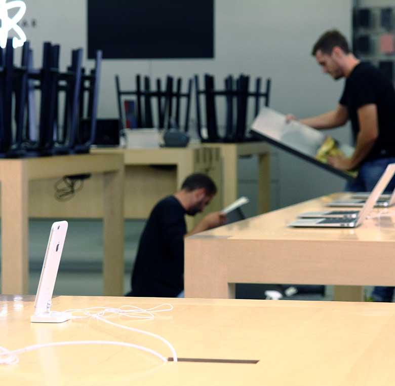 Instalación de expositores de producto para tienda apple
