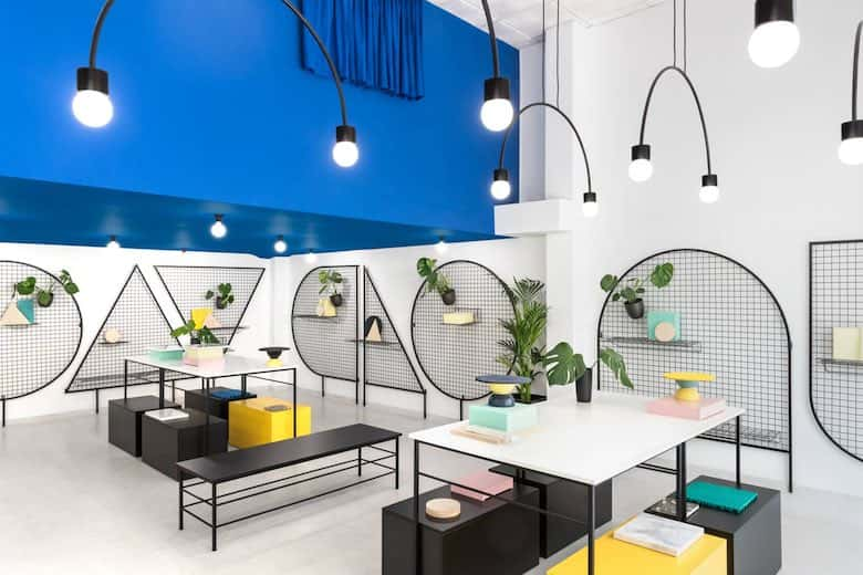 interior con decoración mixta, de materiales y colores