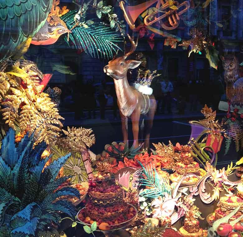 Elementos decorativos en escaparates Fortnum and Mason para la campaña de Navidad