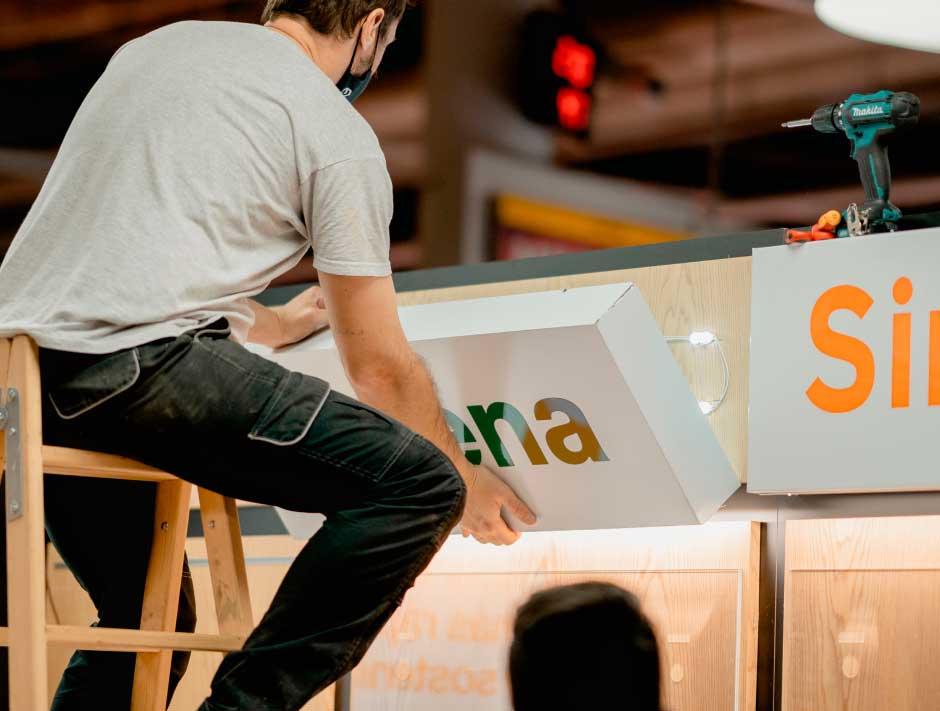 Instalación de rótulos luminosos en espacio Orange de centro comercial Carrefour