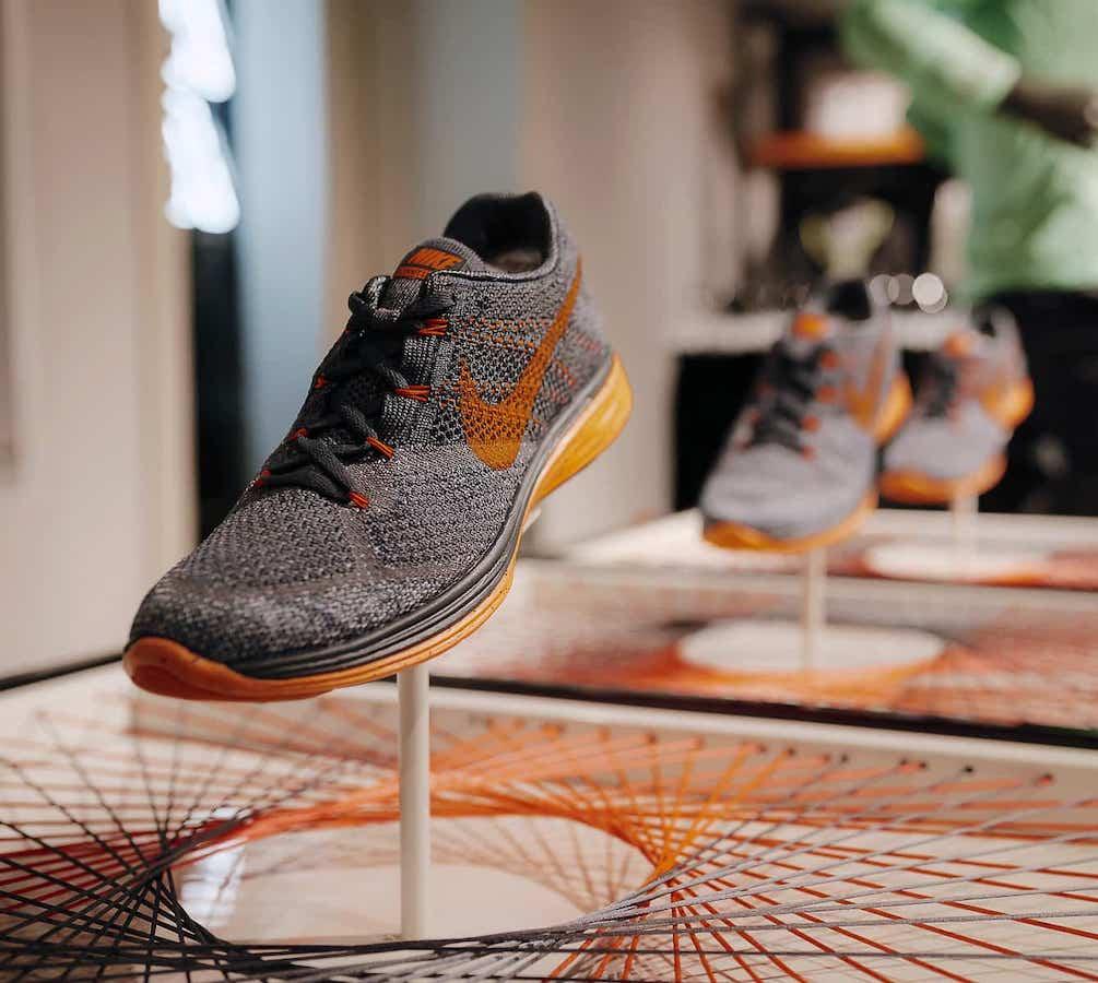 Colocación de producto en mostrador con hilos para la tienda de Nike de Madrid