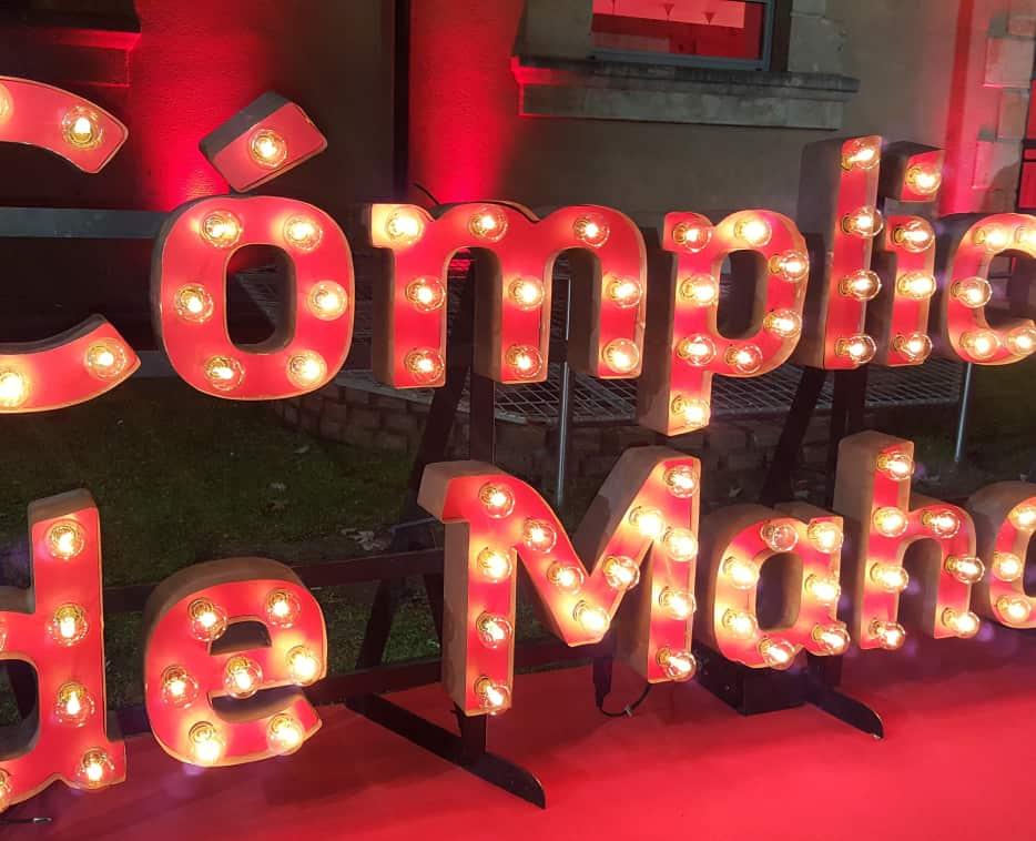 Córporeas en madera con-bombillas de luz evento Cómplices de Mahou