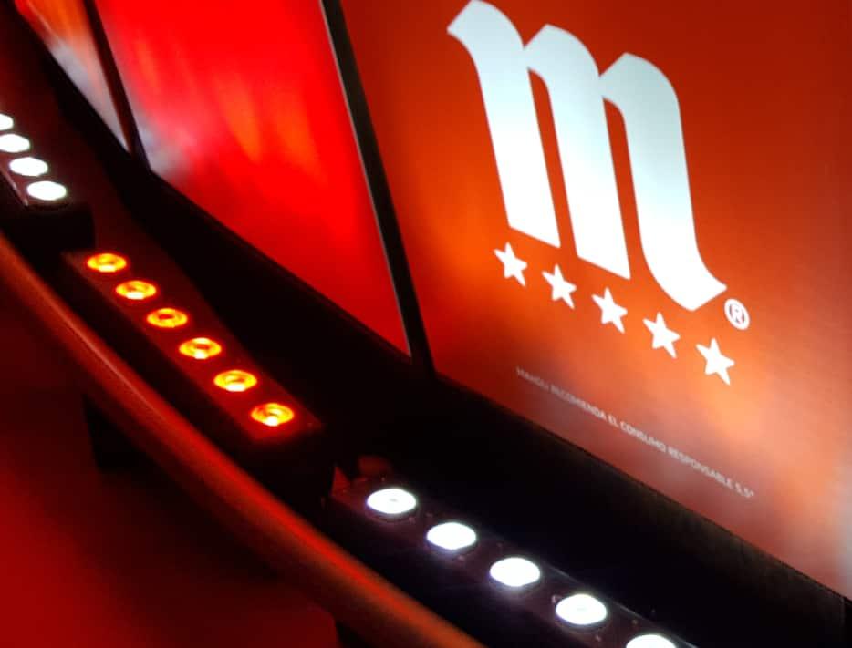 Estructura metálica con luces y vinilo evento Cómplices de Mahou