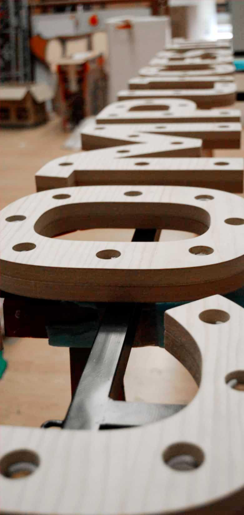 fabricacion-Corporeas-madera-evento-complices-de-mahou