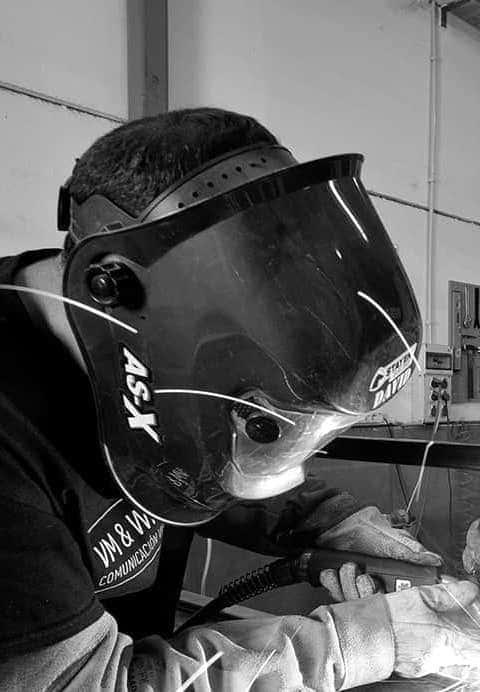 Trabajadores soldando una pieza de metal