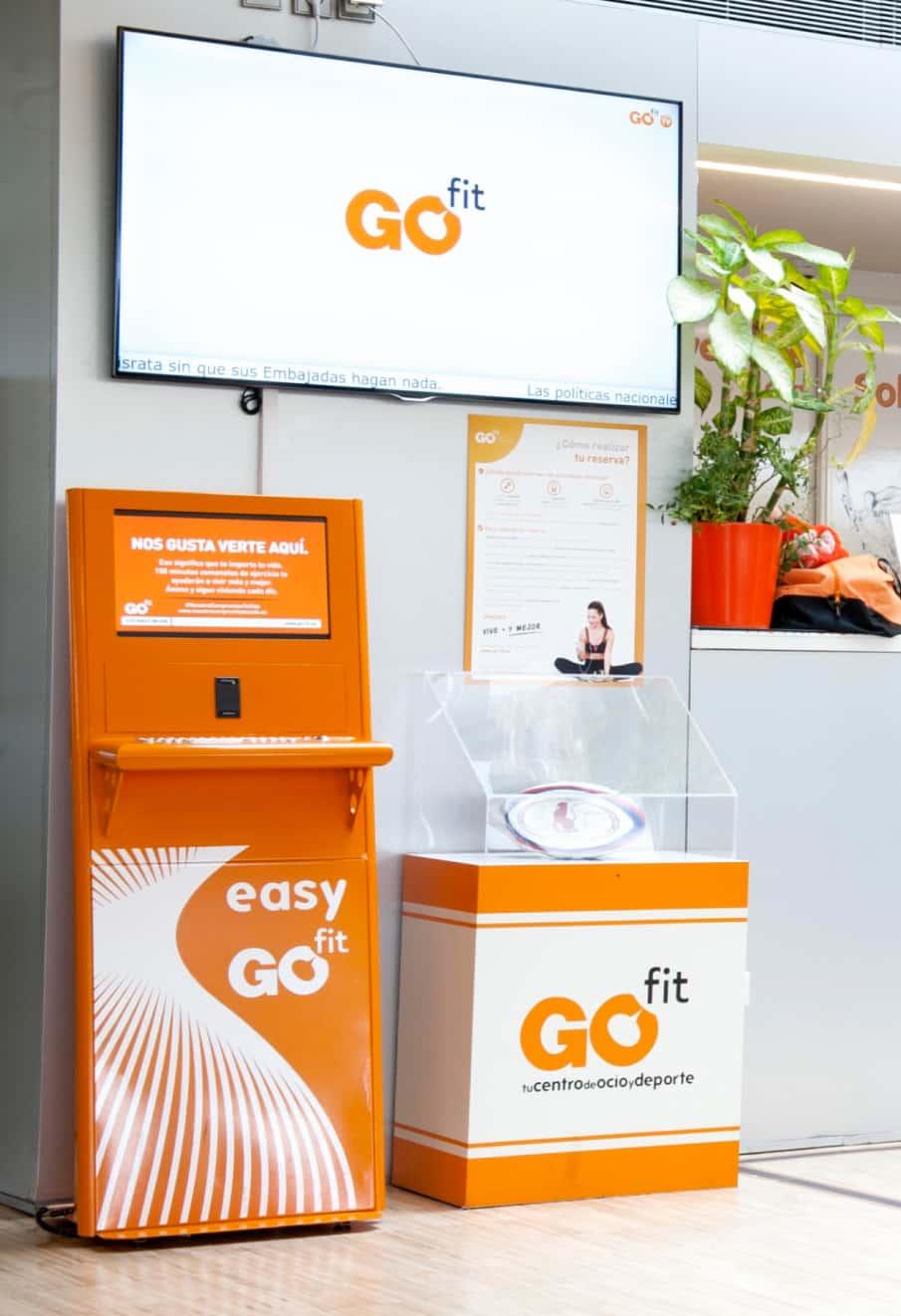 Stand del gimnasio Go Fit digitalizado con pantalla de contenido de marca