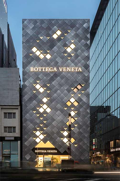 Rótulo iluminado en fachada con paneles metálicos Bottega Veneta flagship Ginza