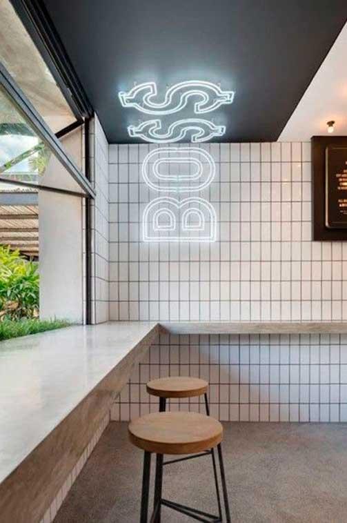 Rótulo luminoso vertical restaurante de hamburguesas en Bali