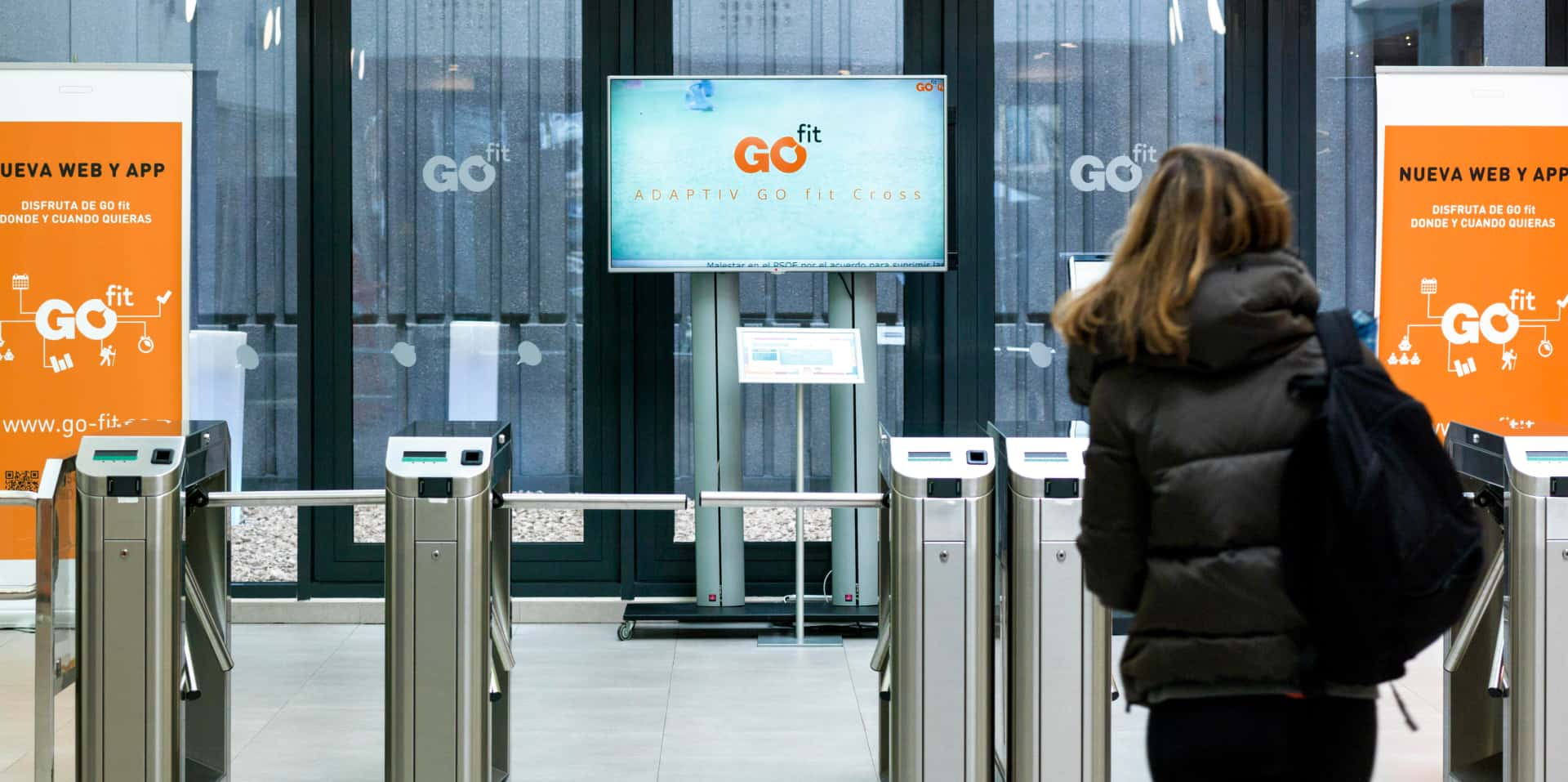 Entrada del gimnasio Go fit con una pantalla digital