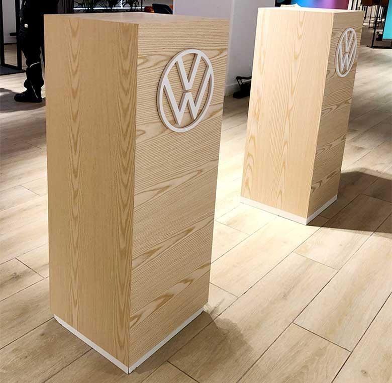 Totem realizado en madera con logo corpóreo para evento de Volkswagen.