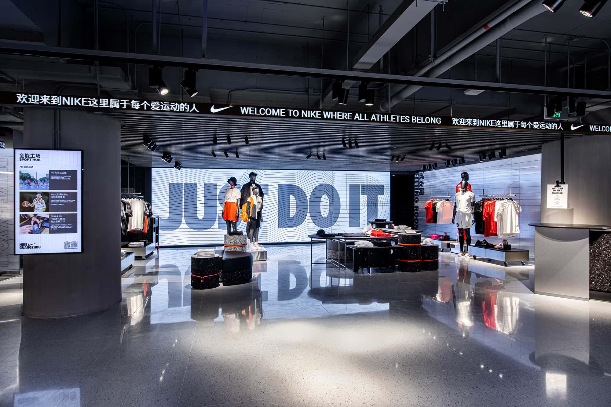 Pantallas digitales en interior de tienda Nike en China