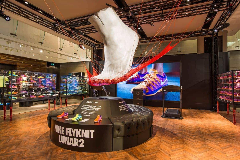 Elementos decorativos en interior de tienda Nike
