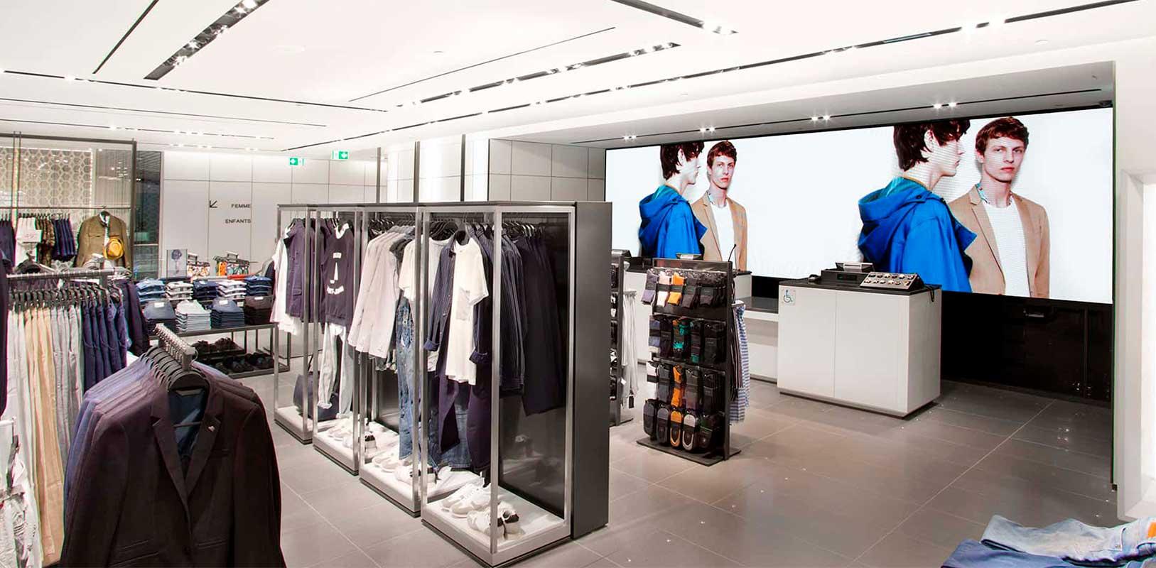 Pantalla digital interior tienda Zara